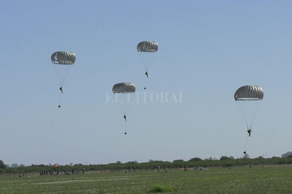 El descenso. Así se veían los paracaidistas bajar de los aviones, para sorpresa de propios y extraños. Crédito: Juan Víttori