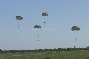 """Un cielo """"teñido"""" de paracaidistas que se ejercitan en atender situaciones de crisis - El descenso. Así se veían los paracaidistas bajar de los aviones, para sorpresa de propios y extraños."""