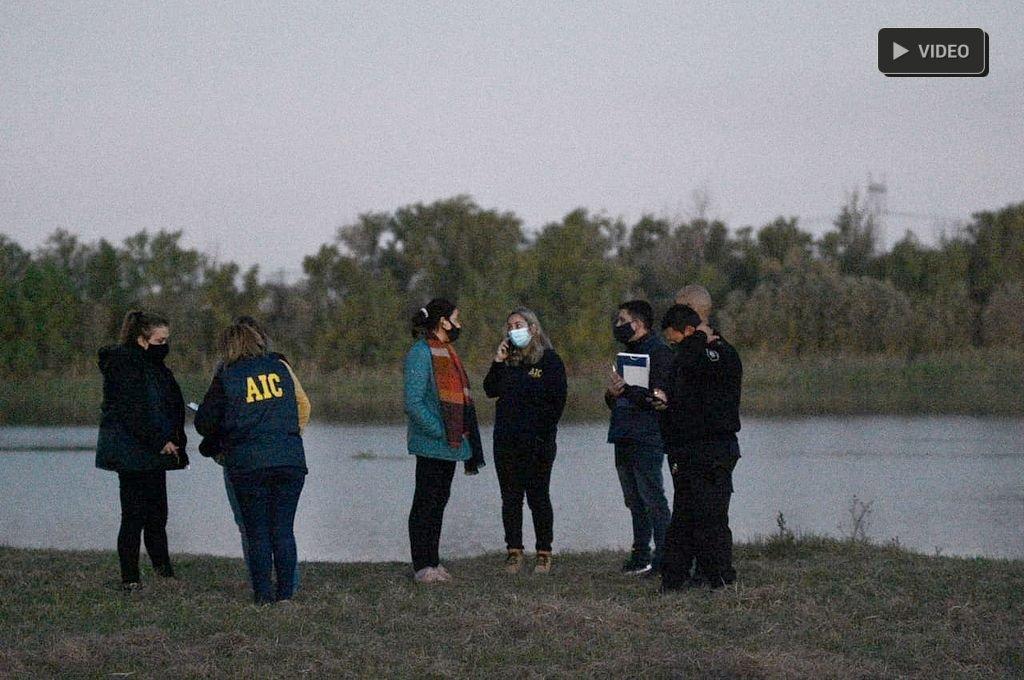 Hallan el cuerpo de un hombre en aguas del río Santa Fe - En el lugar trabajó personal de la AIC. -
