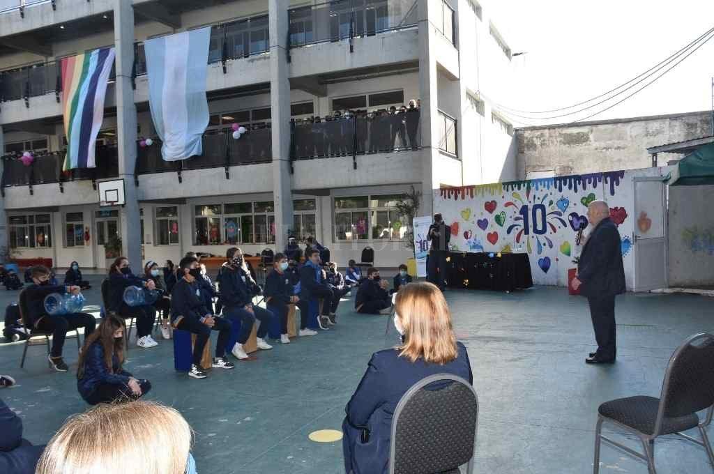 El acto de celebración tuvo lugar el lunes en el patio de la escuela, bajo recaudos sanitarios, con la presencia de alumnos, docentes y directivos del Centro Educativo y la Mutual Jerárquicos Salud.    Crédito: Flavio Raina