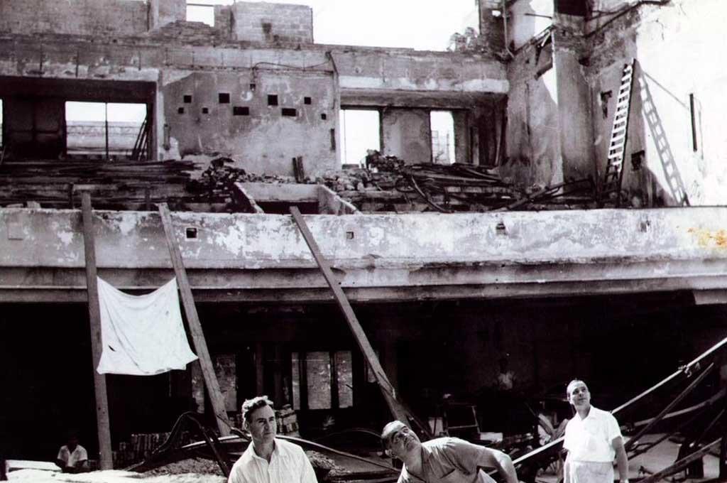 El incendio de 1964 redujo a escombros y cenizas al edificio que fuera un emblema de la calle San Martín como Casa Beige, Casa Tía y la confitería Los Dos Chinos. Once meses después, fue reabierto. Crédito: Archivo El Litoral