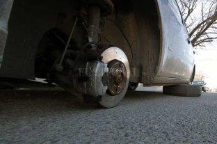 Fue a buscar su auto y le faltaban sus 4 ruedas -