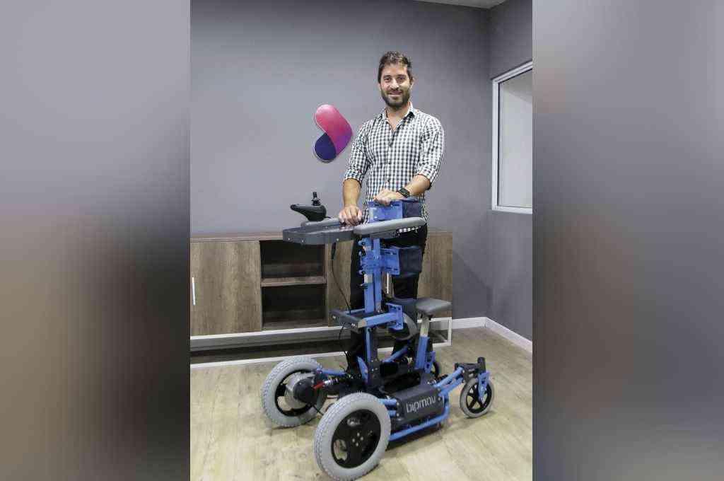 Alejandro Bisi ganó el premio Joven Empresario Entrerriano, al crear un bipedestador motorizado para niños. Crédito: Gentileza