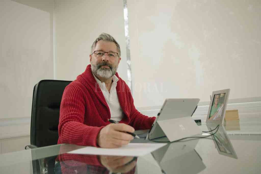 Simonutti en su oficina de trabajo, donde su preocupación también es Unión. Crédito: Gentileza