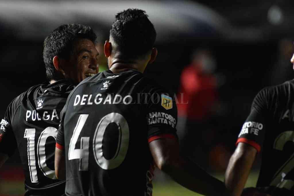 Los Simuladores. Luis Miguel Rodríguez (10) y Rafael Delgado (40) en el festejo post gol clásico en la fecha pasada contra Unión. El