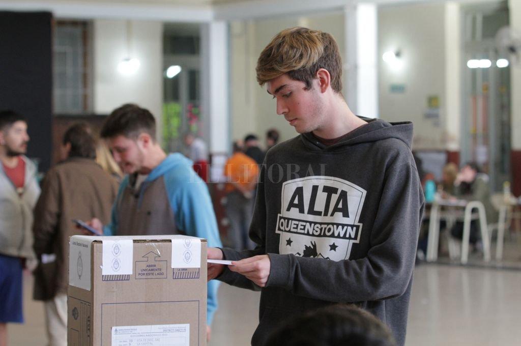 Desde el año 2013 los electores de 16 y 17 años ejercen pacíficamente su derecho a sufragar en las elecciones nacionales.  Crédito: Pablo Aguirre - Archivo El Litoral