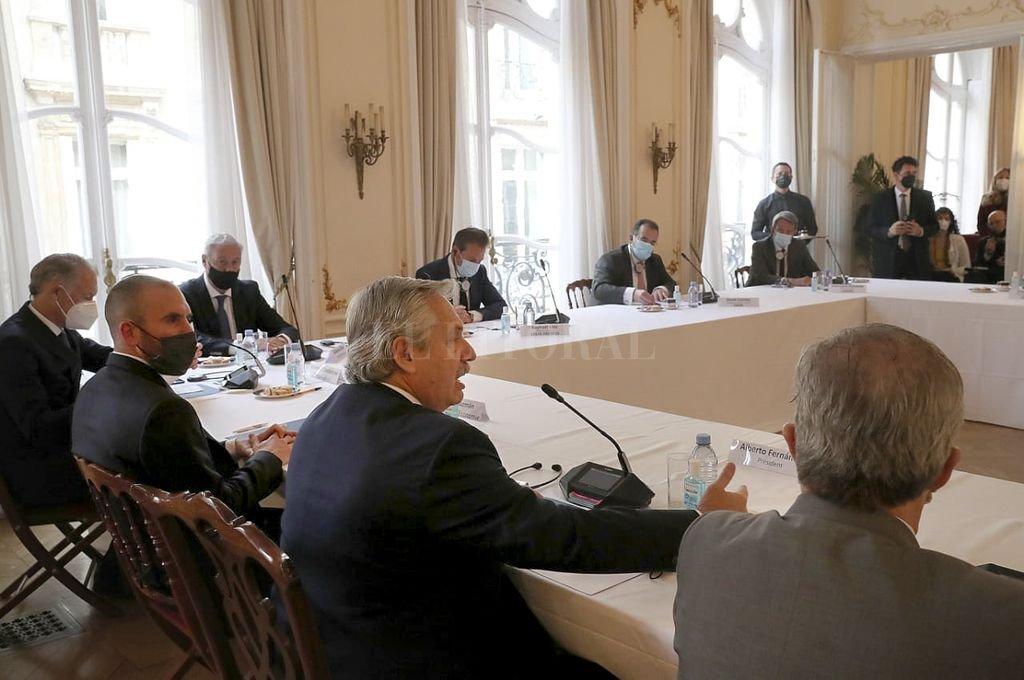 Alberto Fernández y Martín Guzmán desayunaron con empresarios franceses en la Embajada Argentina en París. Estas reuniones están programadas para que todo sea previsible, correcto y prolijo, pero no parecen afectar el humor de los funcionarios del Club de París. Crédito: NA