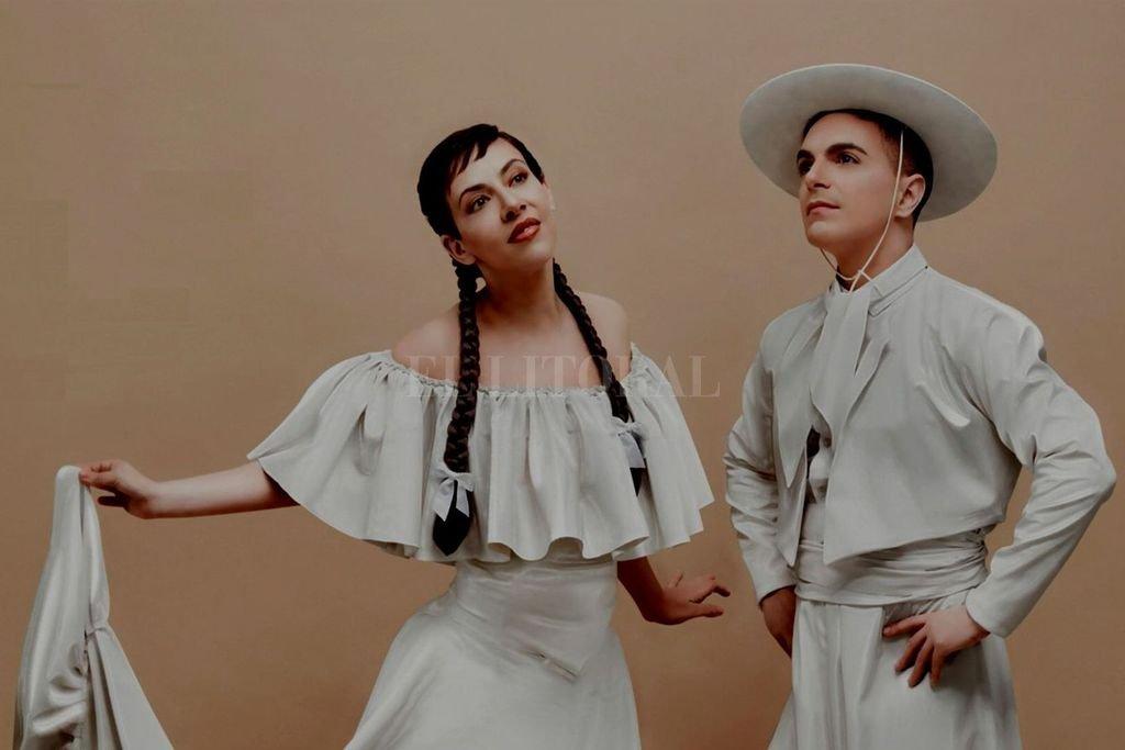 """Un """"Souvenir"""" para una nueva vida - Autóctonos: Gattas y Sergi con el vestuario gauchesco extraído de una estatuilla, que Alejandro Ros llevó a la tapa del disco y al video de """"Por amar al amor""""."""