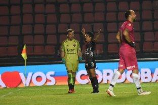 """Colón le ganó a Talleres por penales y es semifinalista  - Burián, que atajó un penal, va en busca del """"Pulga"""" que convirtió el último. La resignación en la cara de Marcos Díaz."""