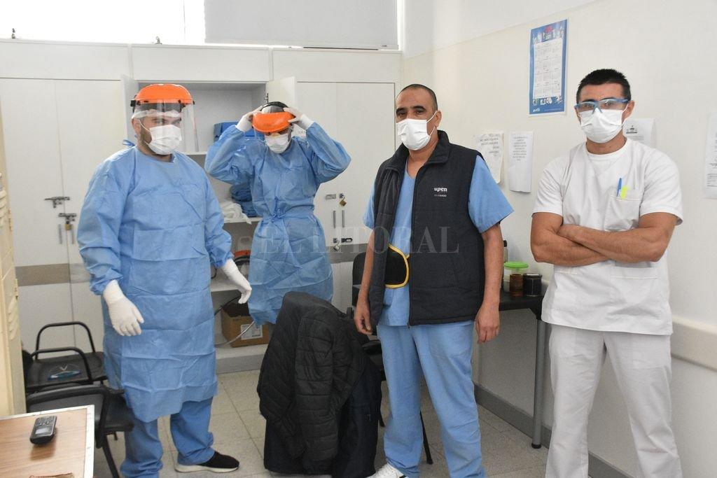 Camilleros del nuevo Hospital Iturraspe en pleno preparativo luego de una llamada de urgencia. Crédito: Flavio Raina