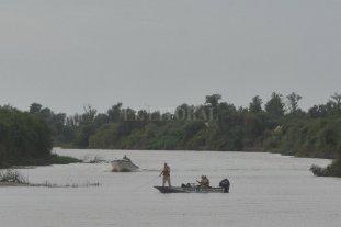 Desapareció un pescador en aguas del río Coronda - Buzos Tácticos de la policía y personal de Prefectura buscan al hombre desaparecido.