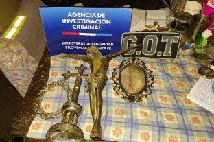 Detenidos por robar placas de bronce en los cementerios