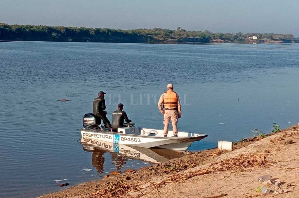 Los trabajos de rastreo están a cargo de Buzos Tácticos de la Unidad Regional I junto a personal de la Prefectura Naval Argentina. Crédito: El Litoral