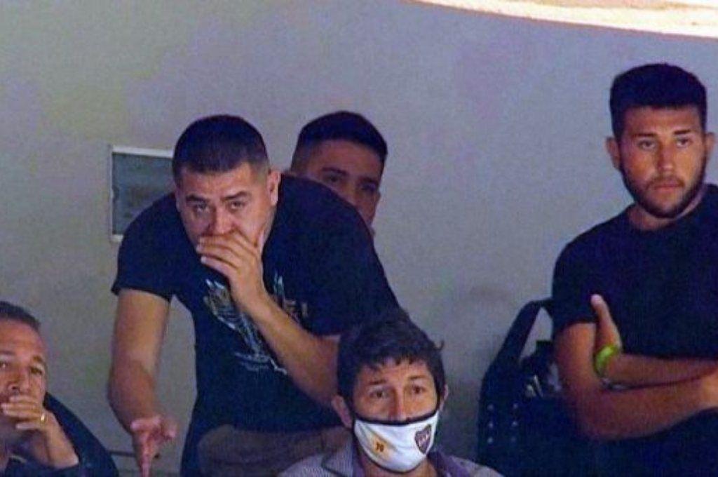Riquelme y su hijo van a juicio por violar la cuarentena en un partido de Boca vs River - Riquelme junto a su hijo y otros colaboradores en el encuentro de Boca vs River.