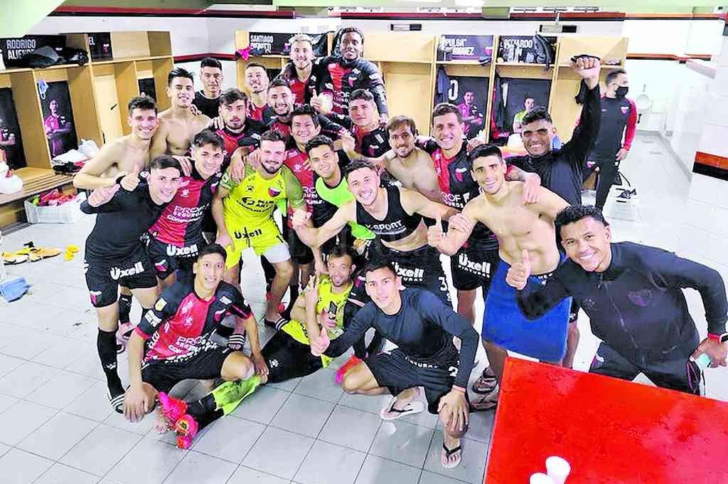 La imagen del festejo de los jugadores de Colón en la intimidad del vestuario, luego de eliminar a Talleres por la vía de los penales. Crédito: Twitter Facundo Garcés