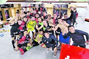 """Apuntan todos los """"cañones"""" a que Goltz juegue con Independiente - La imagen del festejo de los jugadores de Colón en la intimidad del vestuario, luego de eliminar a Talleres por la vía de los penales. -"""