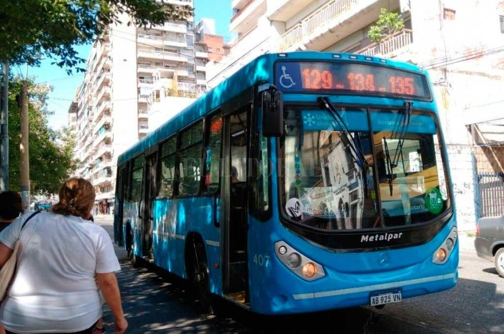 El paro de transporte en Rosario ya afecta a más de 100.000 personas -  -