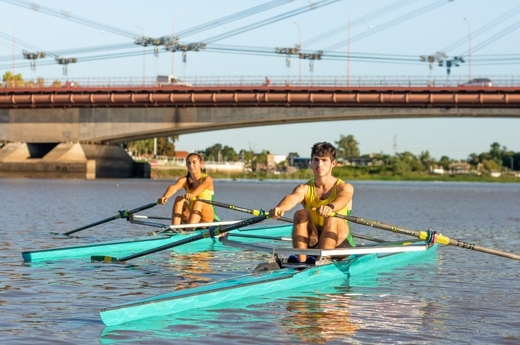 Germán Amer e Ingrid Mancipar en la Laguna Setúbal con el Puente Colgante y el Viaducto Oroño de fondo.  Crédito: Gentileza