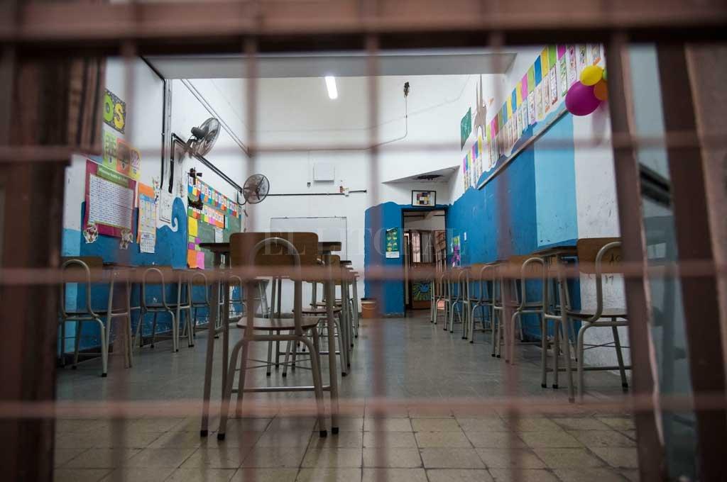 Desde este miércoles se suspenden las clases presenciales en Santa Fe y Rosario -  -