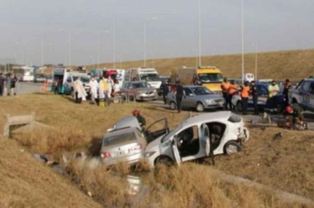 Al costado de la ruta se acumularon autos para ver el fatal desenlace. Crédito: Gentileza
