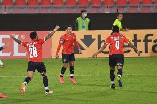 Independiente venció sobre el final a Bahía y quedó cerca de la clasificación