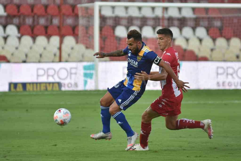 El mejor partido de Nani en Unión, en el triunfo contra Boca por la Copa de la Liga Profesional. En la imagen, marcando a Tevez. Crédito: Pablo Aguirre