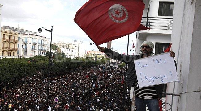 Protesta. Una multitud de tunecinos se lanzó a las calles para repudiar al ex presidente Zine Abidine Ben Alí, marea política que lo arrastró al exilio.  <strong>Foto:</strong> Lucas Dolega/EFE