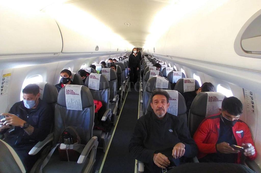 Imagen exclusiva del plantel dentro del avión minutos antes de partir con destino a San Juan.  Crédito: El Litoral