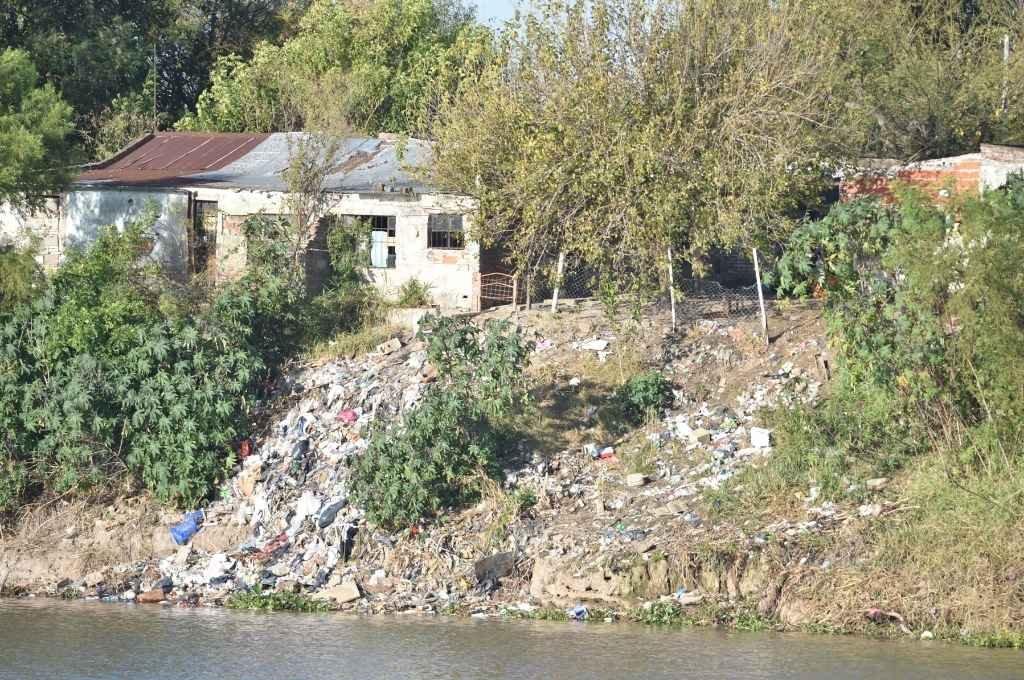 Así se ve desde el Puerto la costa de Alto Verde llena de basura.  Crédito: Manuel Fabatía