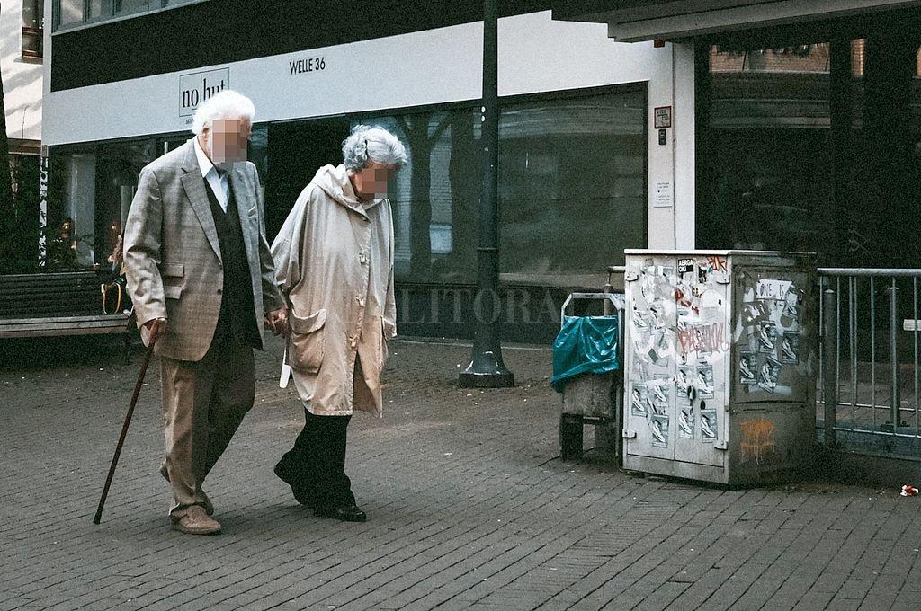 Los adultos mayores con comorbilidades antes de haber cursado la enfermedad son los más afectados. No obstante, hay pacientes jóvenes que quedaron con patologías neurológicas. Crédito: Archivo El Litoral