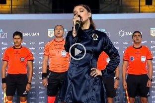 Ángela Torres interpretó el Himno Nacional en la final de la Copa de La Liga