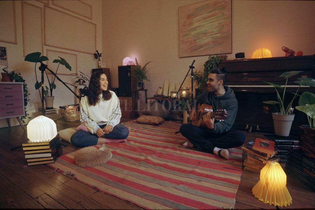 Sofi Maiorana y Guille Petraco (voz y guitarra, respectivamente) regalan casi siete minutos de canciones desenchufadas, en un living que invita al disfrute y relax. Crédito: Gentileza Mariscal Media