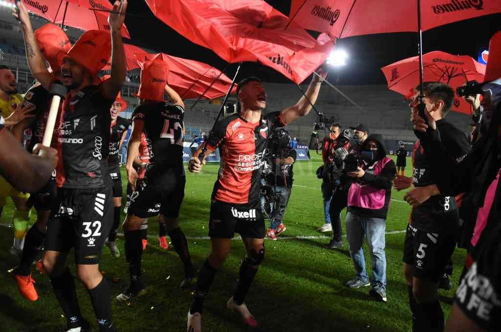 La alegría de los jugadores fue la de todo el pueblo sabalero en Santa Fe. Colón es campeón.  Crédito: Pablo Aguirre