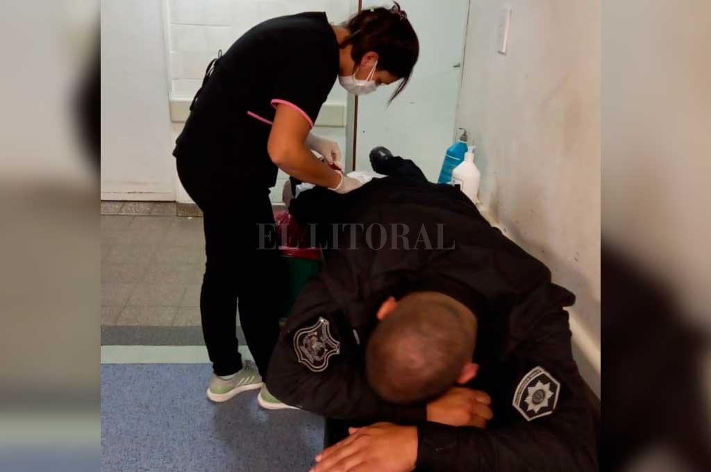 Uno de los oficiales resultó con una grave herida cortante en una de sus piernas (altura de la pantorrilla), motivo por el cual fue asistido en el hospital Cullen. Crédito: El Litoral