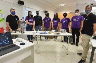 """Dos escuelas santafesinas, unidas por las """"ganas de aprender"""", inventaron un robot sanitizador"""
