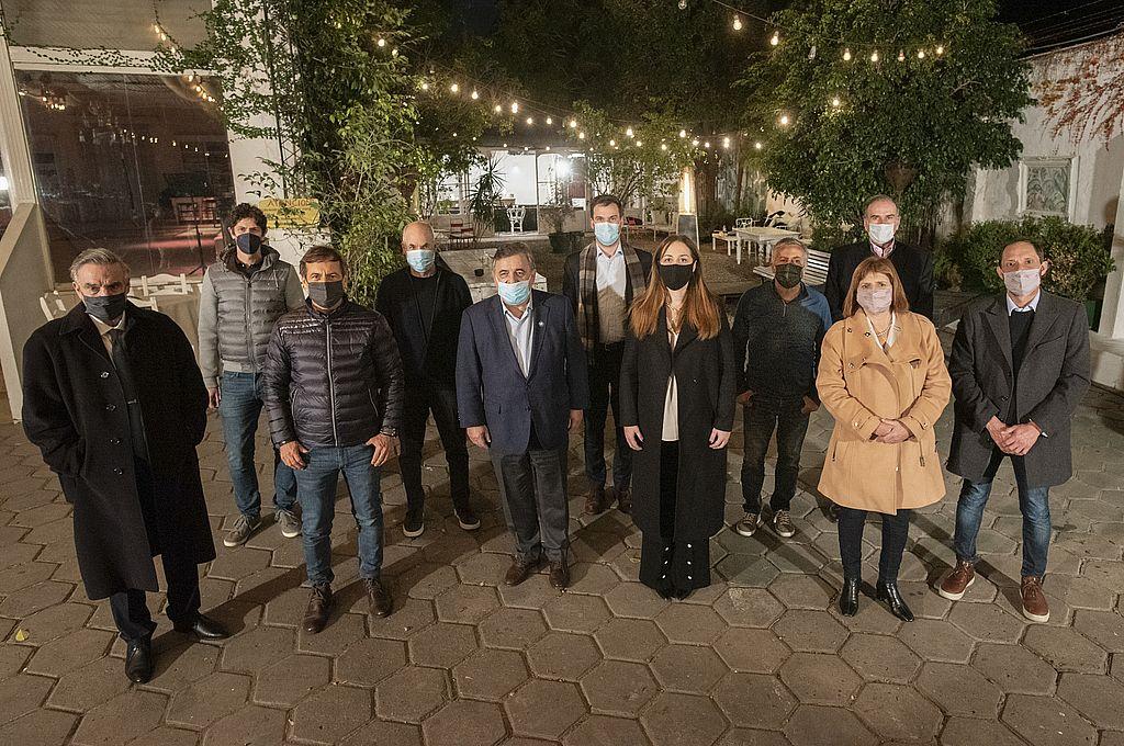 Los dirigentes que participaron de la reunión de la Mesa Nacional de JxC realizada este martes en el barrio porteño de Palermo se tomaron una foto grupal.  Crédito: Gentileza
