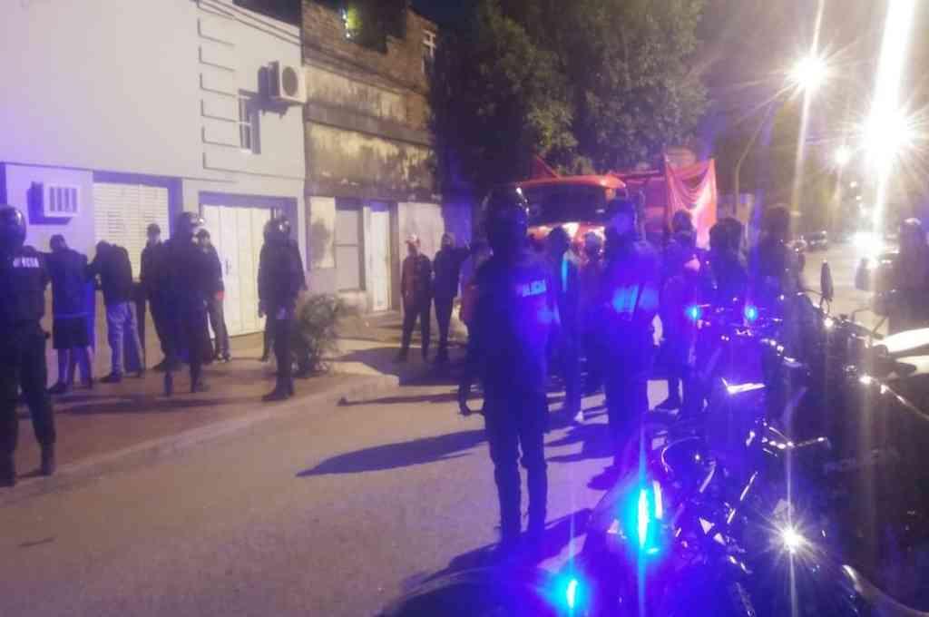 Al menos 36 personas fueron demoradas en Lamadrid y 1ra. Junta, cuando iban sobre la caja del camión. Crédito: Prensa URI
