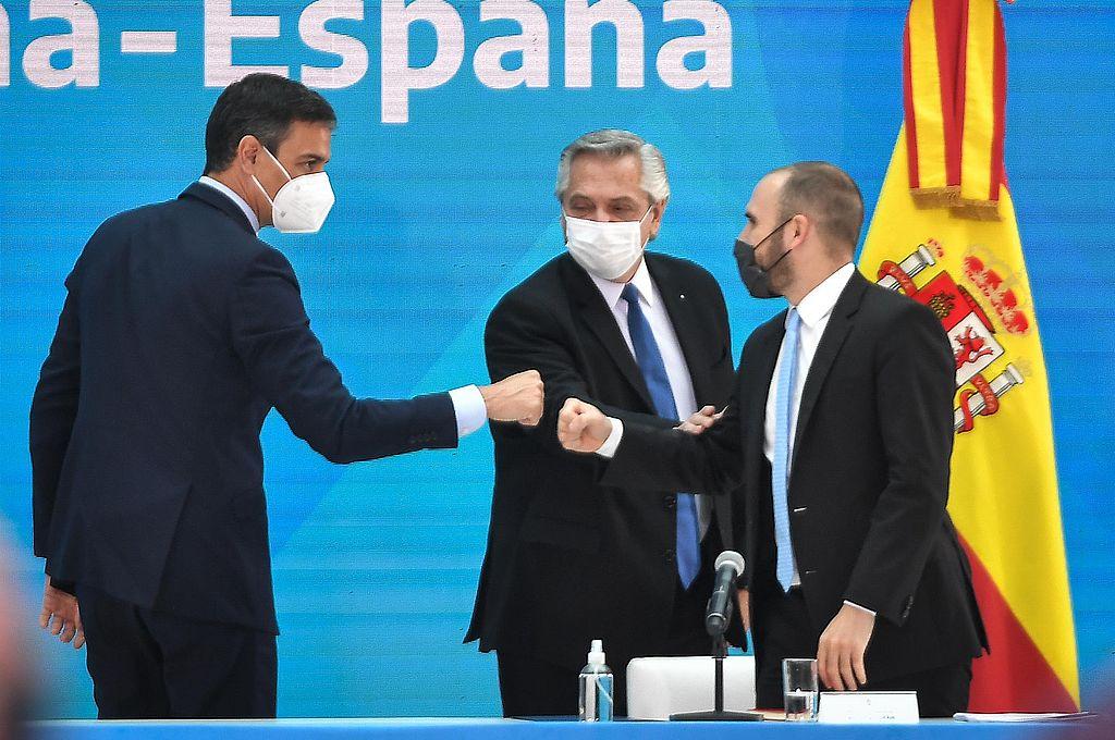 Martín Guzmán junto al presidente Alberto Fernández y su par de España, Pedro Sánchez. Crédito: Presidencia de la Nación