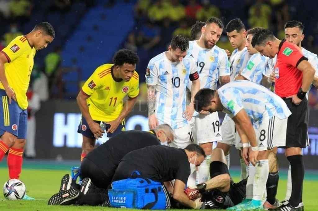 El arquero de la Selección Argentina chocó contra el colombiano y perdió el conocimiento Crédito: Gentileza