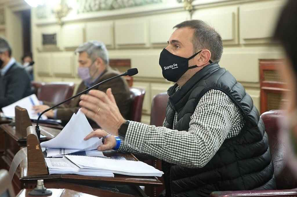 Aviano fue los funcionarios que acompañó al ministro y respondió inquietudes de legisladores.    Crédito: Cámara de Diputados