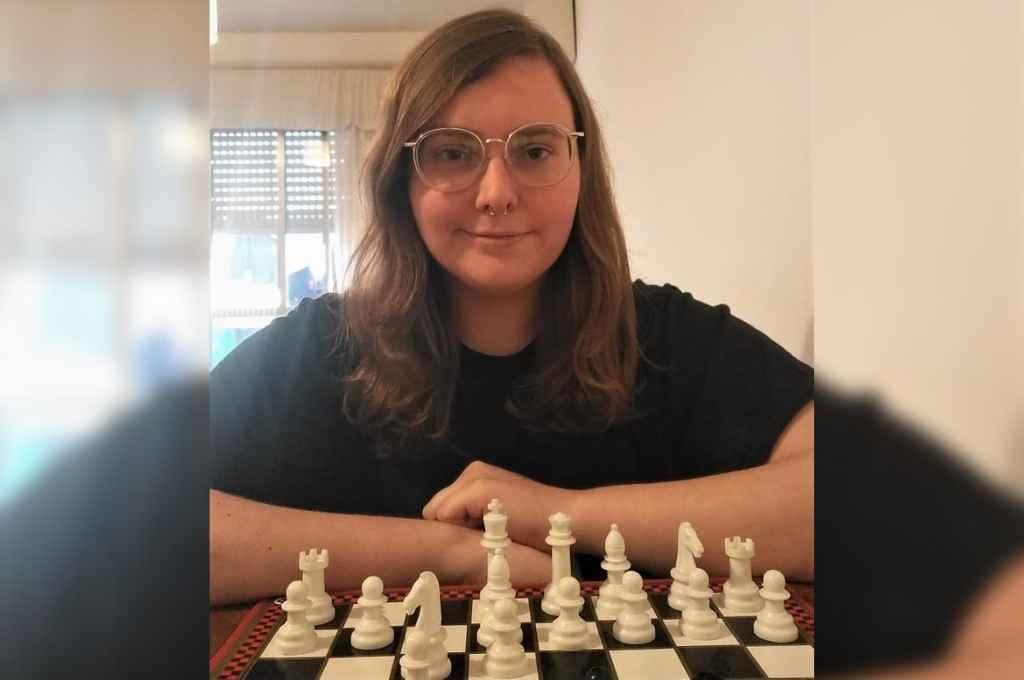 Durante la cuarentena, Evangelina Chiaraviglio comenzó a especializarse en el juego cuando conoció la Escuela de Ajedrez de la UCSF, espacio ideado por el docente Alfredo Segado, al que describió como