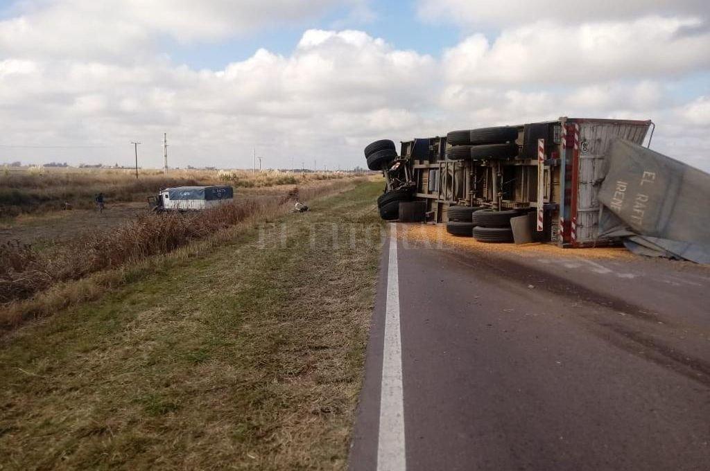 Tras la colisión se produjo el vuelco del acoplado del camión. Crédito: El Litoral