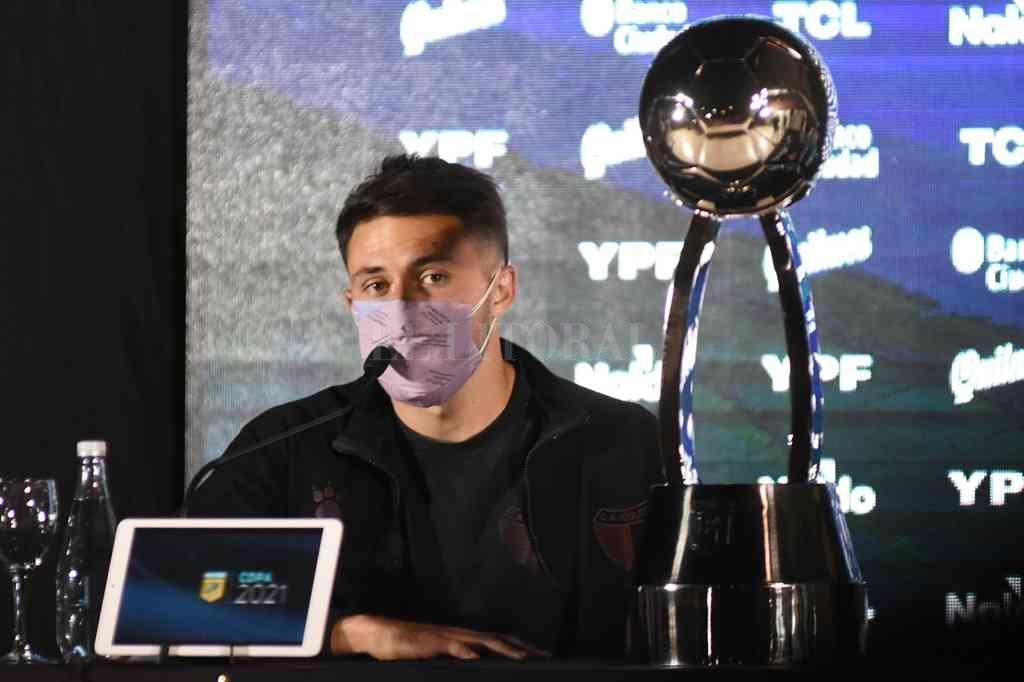 Facundo Garcés con la Copa de la Liga Profesional, en la conferencia previa a la final. Después, la ganó para Colón. Crédito: Archivo