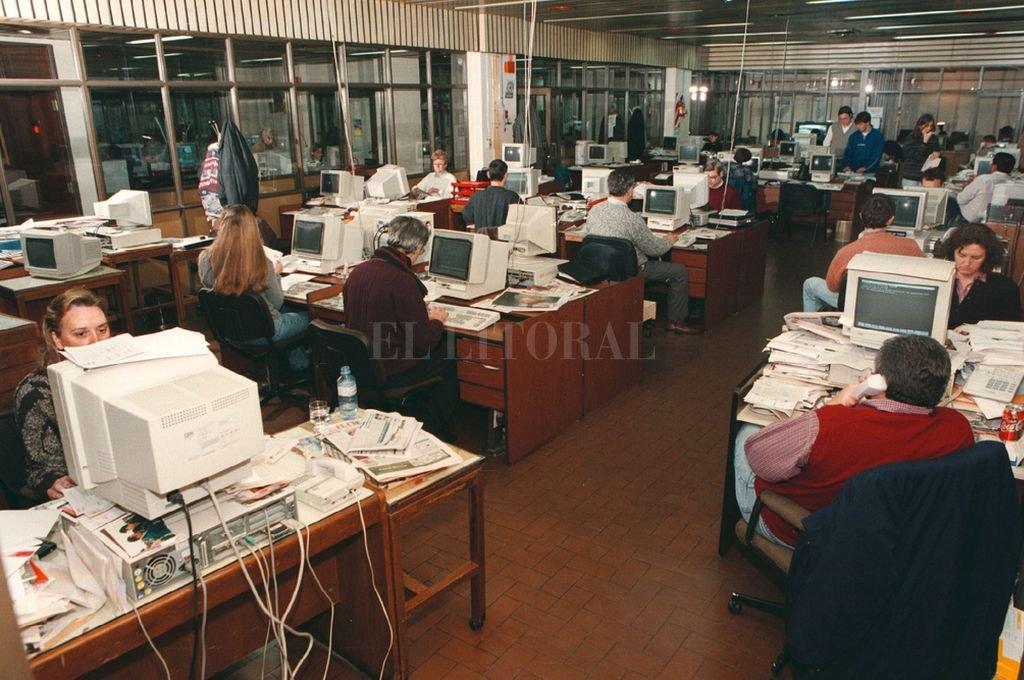 La redacción de El Litoral en el año 1998. Las tradicionales identidades periodísticas se sostienen. Crédito: Archivo El Litoral