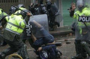 Nueva noche de represión policial en Colombia