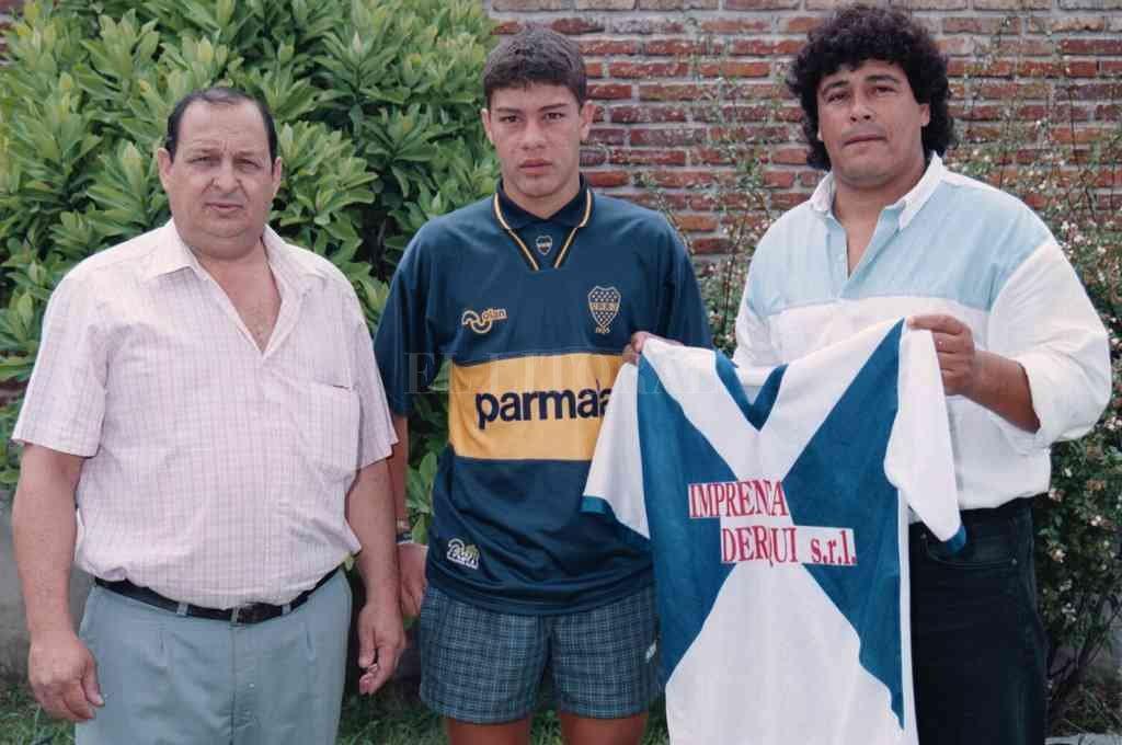 Orgullo máximo. Juan Salemi posa con un recién llegado a Boca Juniors Sebastián Battaglia, allá por 1996. Completa la escena Juan Chena mostrando la casaca