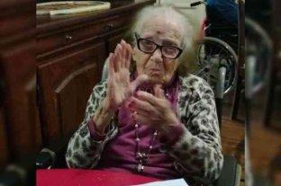 Adela bordó la primera bandera de Colón, tiene 103 años y festejó