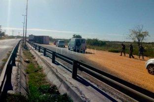 Volcó un camión en la circunvalación oeste y resultó lesionado un motociclista