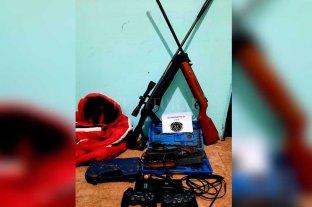 Detenidos por robarle armas y otros elementos a un vecino