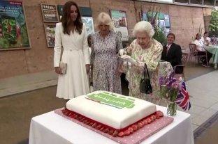 Reina Isabel II parte la torta con una espada